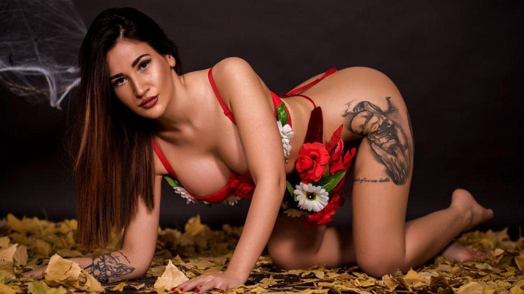 deutsches sex cam girl mit scharfe tattoos komplett nackt