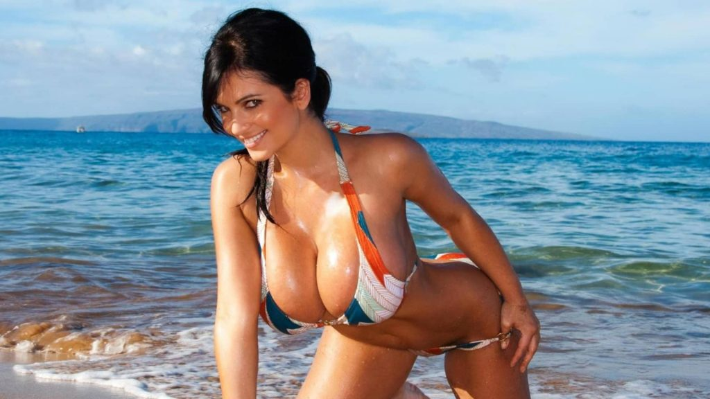 geile sexcam milf bringt auf einem urlaubsfoto ihre dicken titten gut zur geltung